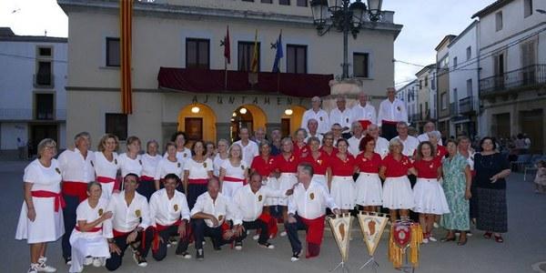 Foto dels grups dels sardanistes que van participar a la festa dels 50 anys de Flama Catalana